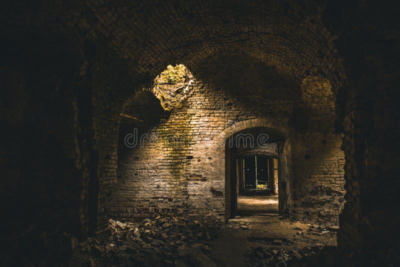 Dentro do interior medieval arruinado antigo do templo do tijolo com arcos e corredores imagem de stock royalty free
