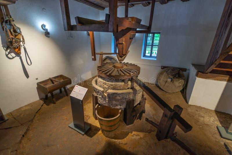 Dentro do moinho antigo em Etera complexo etnográfico em Bulgária fotos de stock