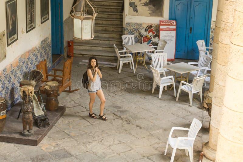 Dentro do palacio de artesanias com um turista que toma imagens, La Havana, Cuba imagens de stock royalty free
