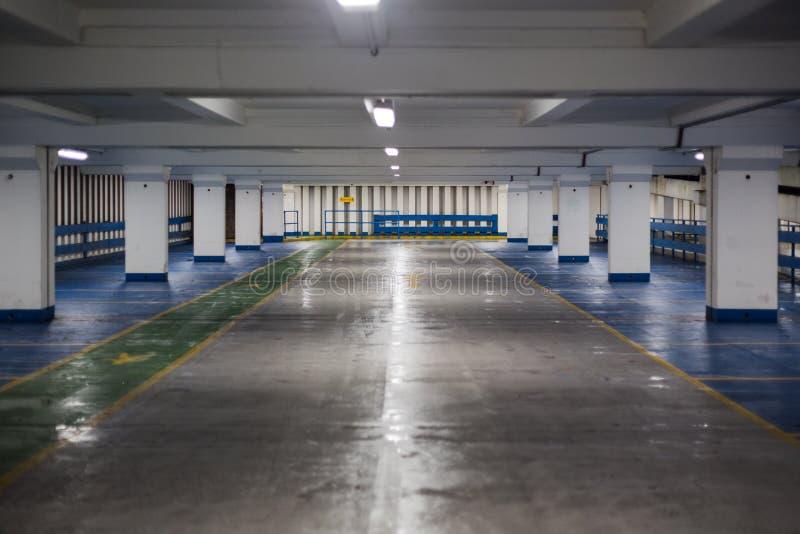 Dentro do parque de estacionamento vazio na noite imagens de stock royalty free