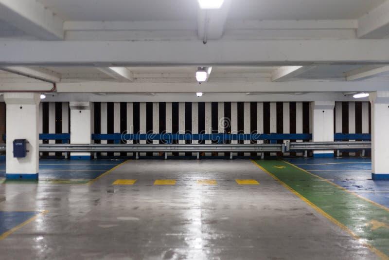 Dentro do parque de estacionamento vazio na noite foto de stock royalty free