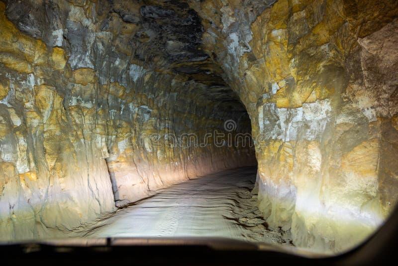 Dentro do túnel, a caminho do túnel de minhoca em Lithgow New South Wales, Austrália, em 31 de julho de 2019 fotos de stock royalty free