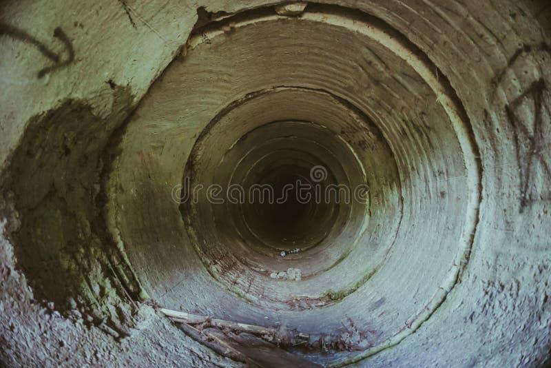 Dentro do túnel subterrâneo da tubulação do esgoto sem água imagem de stock royalty free