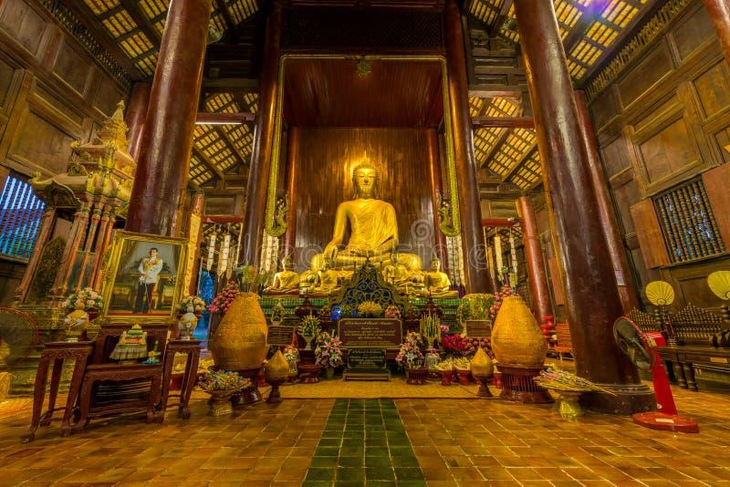 Dentro do templo de madeira de Wat Phan Tao imagens de stock royalty free