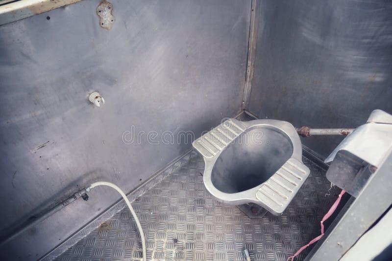 Dentro do trem velho o banheiro é decorado com de aço inoxidável fotos de stock royalty free