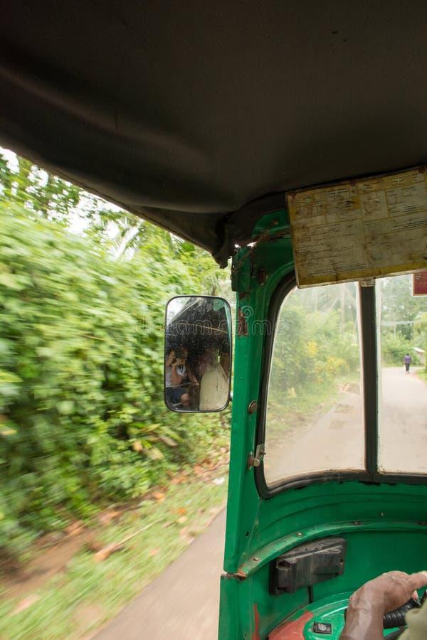Dentro do tuk do tuk em Sri Lanka com vistas bonitas nas palmas, outisdie da janela foto de stock
