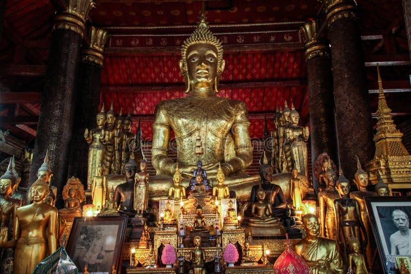 Dentro dos templos bonitos de Luang Prabang, buddhas dourados, província de Luang Prabang, Laos, fotos de stock