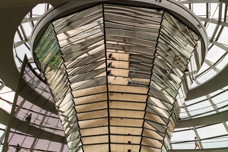 Dentro el bóveda de cristal de Reichstag en Berlín, Alemania imagenes de archivo