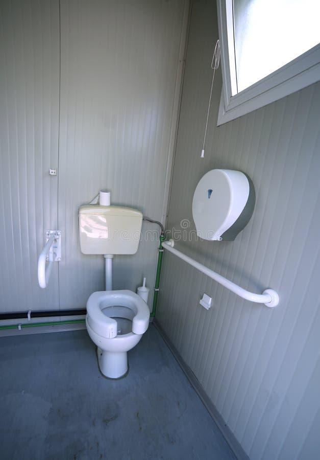 Dentro il bagno disabile con il gabinetto speciale fotografie stock