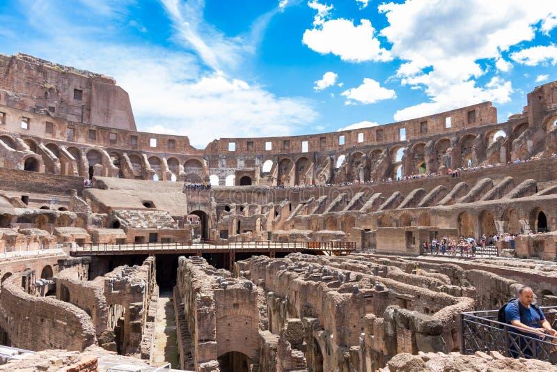 Dentro il Colosseum di estate, Roma, Italia fotografia stock libera da diritti