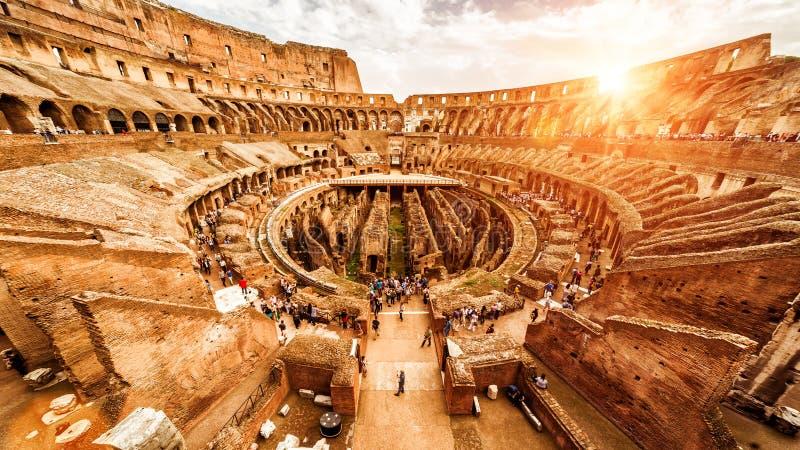 Dentro il Colosseum o il Colosseo di estate, Roma, Italia immagini stock libere da diritti