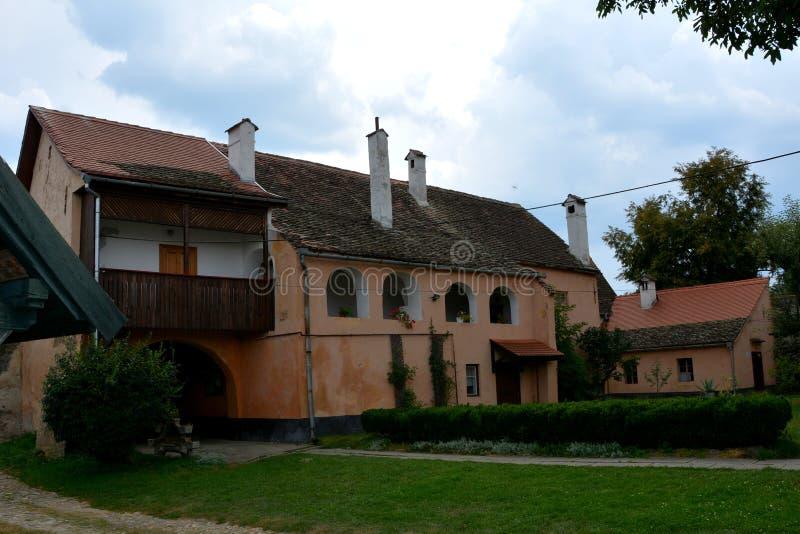 Dentro il cortile della chiesa fortificata medievale Cristian, la Transilvania immagine stock