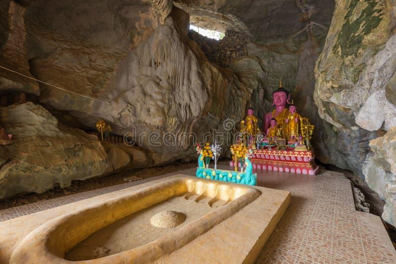 Dentro il Tham Sang Cave in Vang Vieng immagini stock libere da diritti