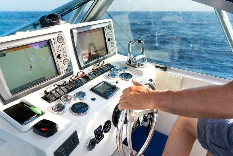 Dentro la cabina di pilotaggio dell'yacht fotografia stock
