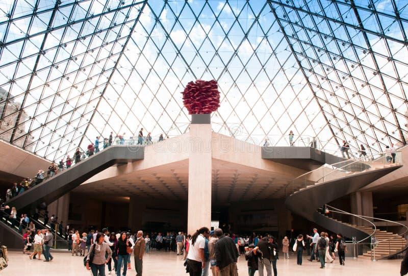 Dentro la piramide del Louvre immagini stock libere da diritti
