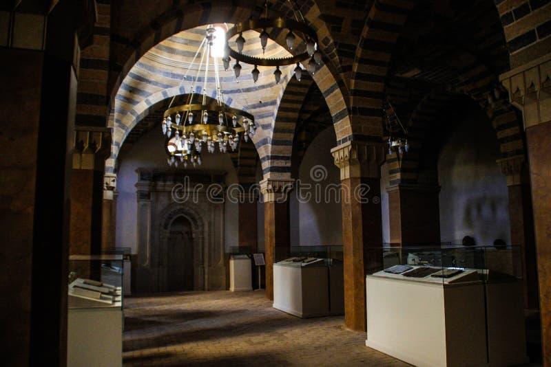 Dentro la vecchia moschea nel centro storico di vecchia città Due punti e Corano immagine stock