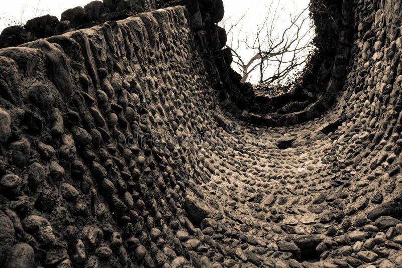 Dentro la vecchia torre di pietra rovinata, struttura di tecnica di lerciume, superficie ruvida della roccia fotografia stock