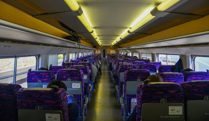 Dentro la vista di un treno di Shinkansen a Sendai, il Giappone fotografia stock libera da diritti