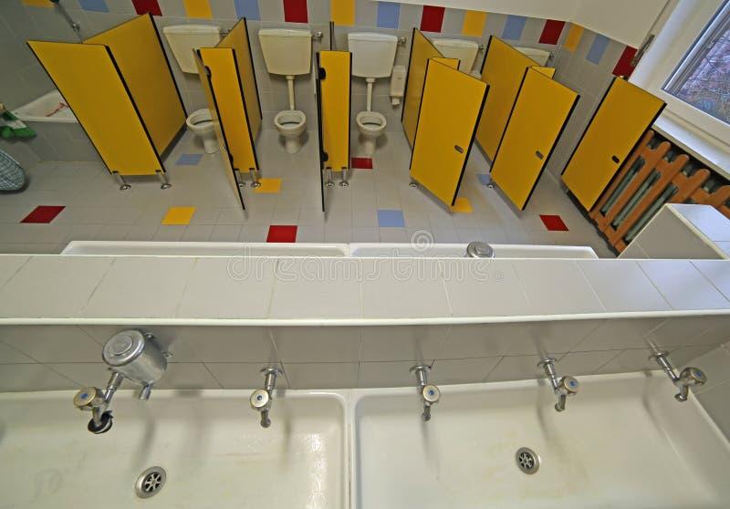 Dentro un bagno di una scuola materna immagine stock libera da diritti