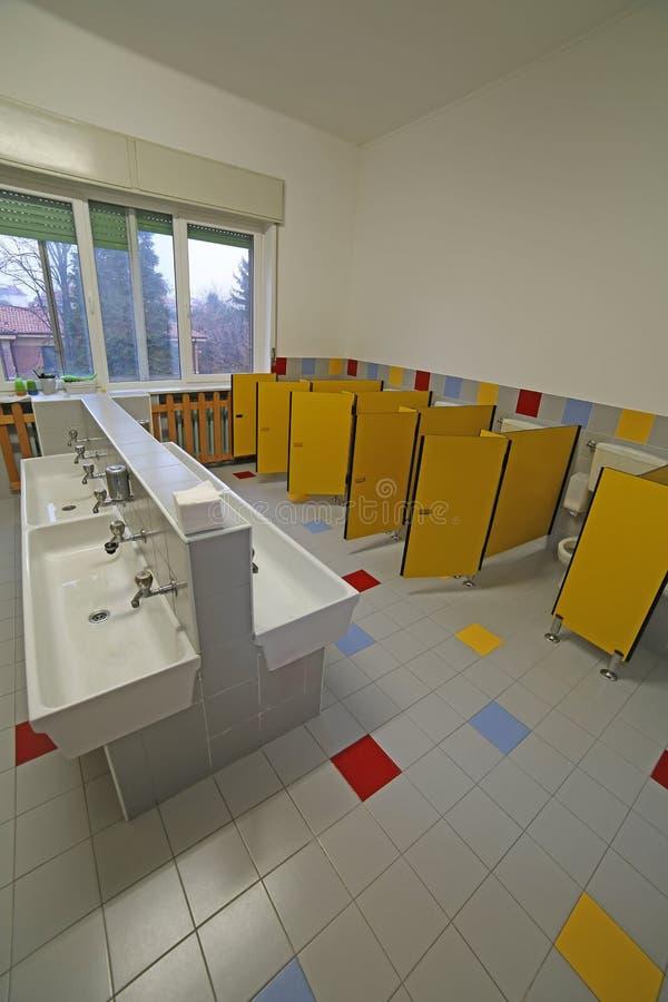 Dentro un bagno per i bambini nella scuola materna immagini stock libere da diritti