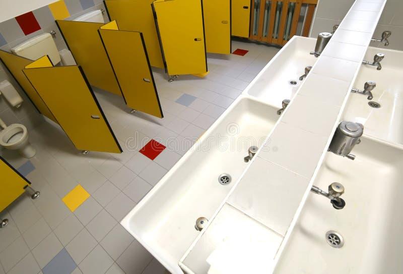 Dentro un bagno per i bambini nella scuola materna senza bambini immagini stock libere da diritti