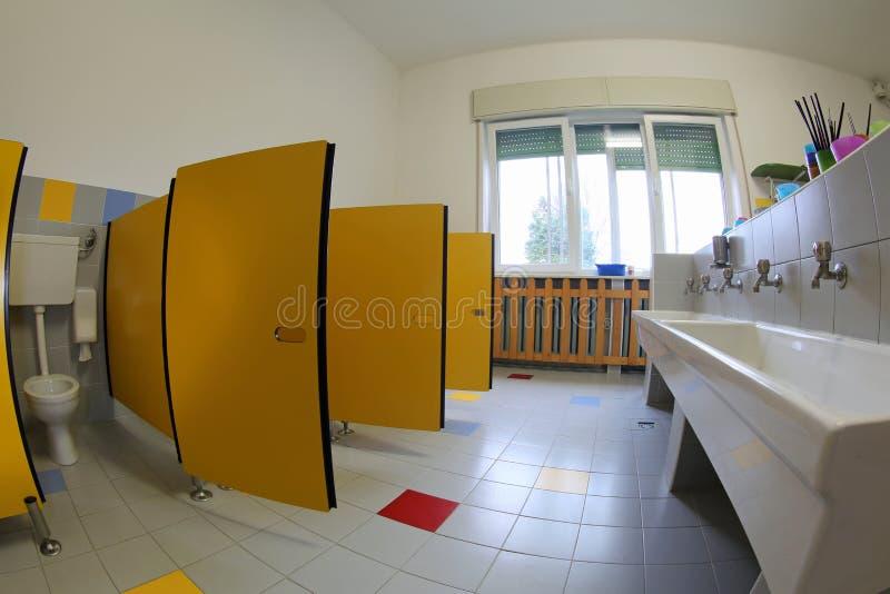 Dentro un bagno senza bambini nella scuola fotografia stock libera da diritti
