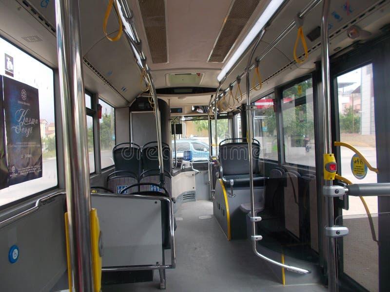 Dentro un bus vuoto del trasporto pubblico immagine stock libera da diritti
