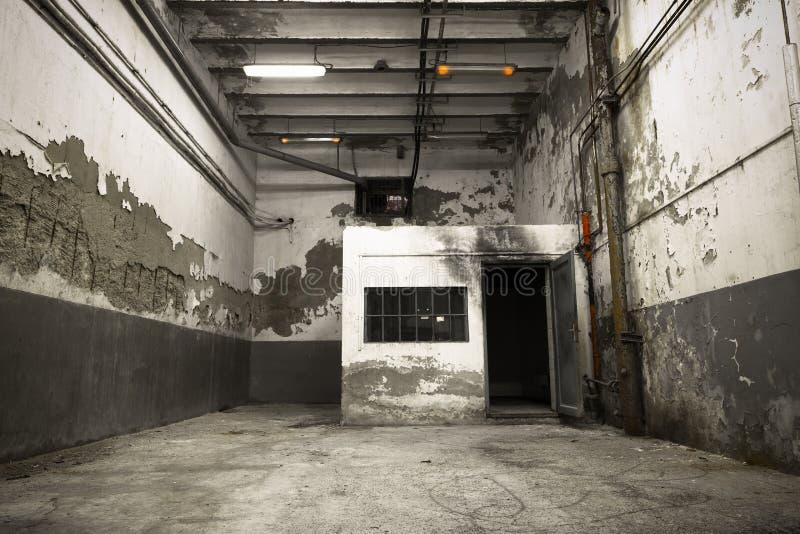 Vecchio Fabbricato Industriale, Seminterrato Con Poca Luce ...
