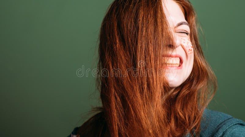 Dents dénudées femelles de grimace d'émotion de femme jeunes photos stock