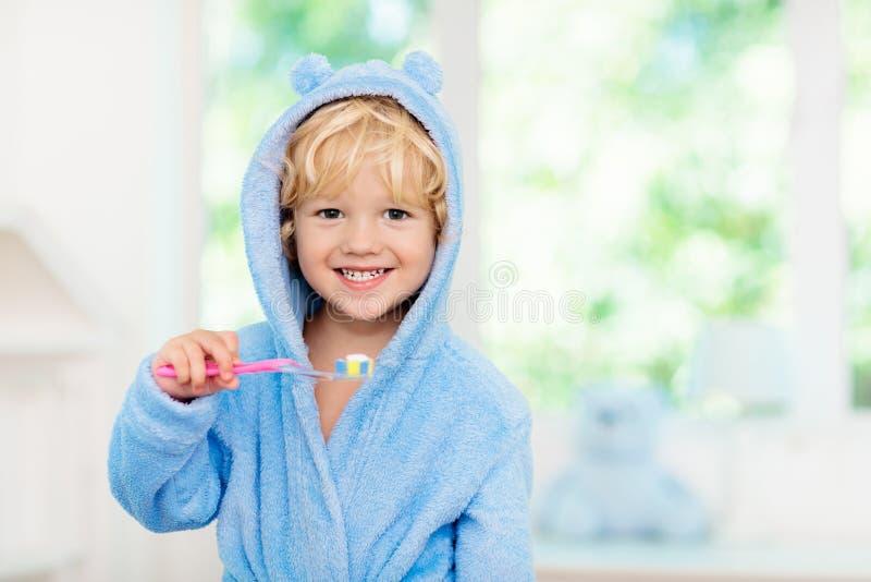 Dents de brossage d'enfant Brosse à dents d'enfants photo stock