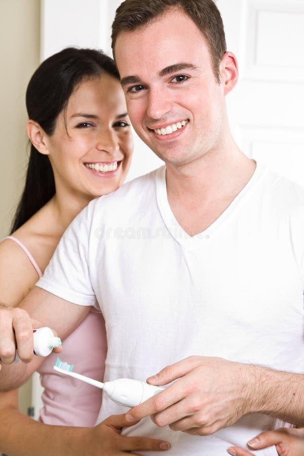 dents de brossage de couples de salle de bains photographie stock libre de droits