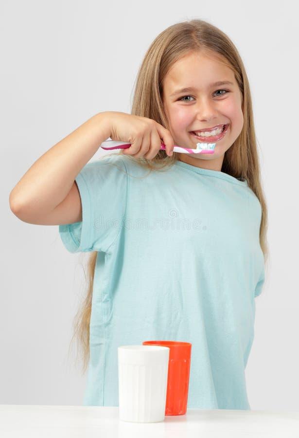 Dents de brossage de fille image stock