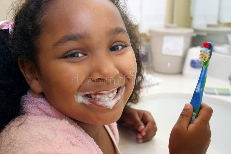 Dents de brossage de fille images libres de droits