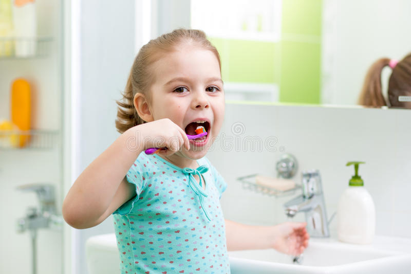 Dents de brossage de fille d'enfant image stock