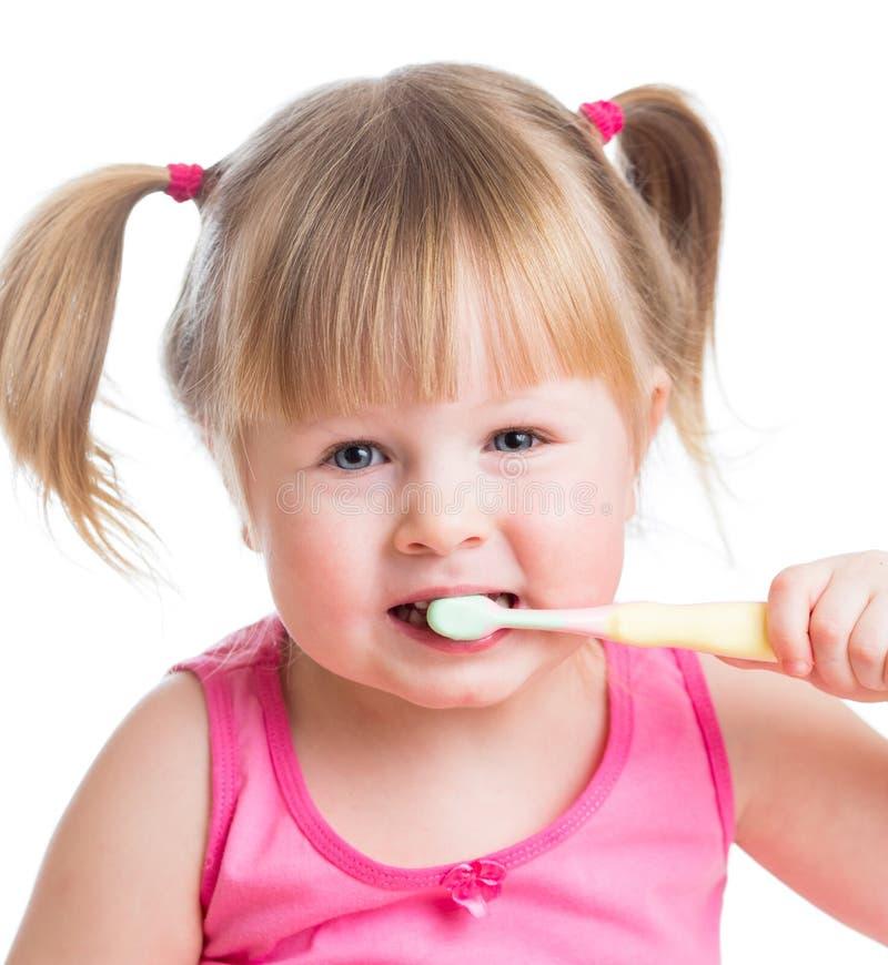 Dents de brossage de fille mignonne d'enfant d'isolement sur le fond blanc photo stock
