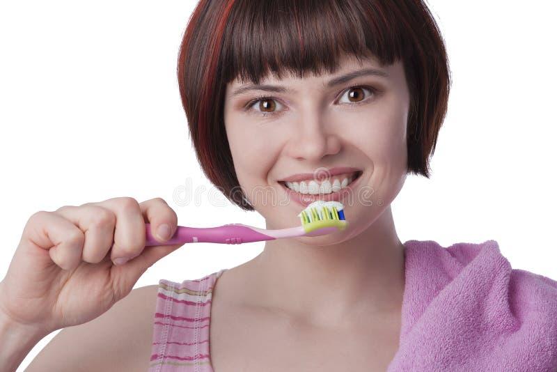 Dents de brossage de jeune femme photographie stock libre de droits