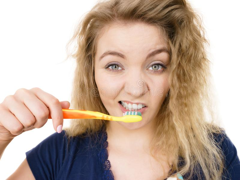 Dents de brossage de femme fatiguée grincheuse, d'isolement photographie stock libre de droits