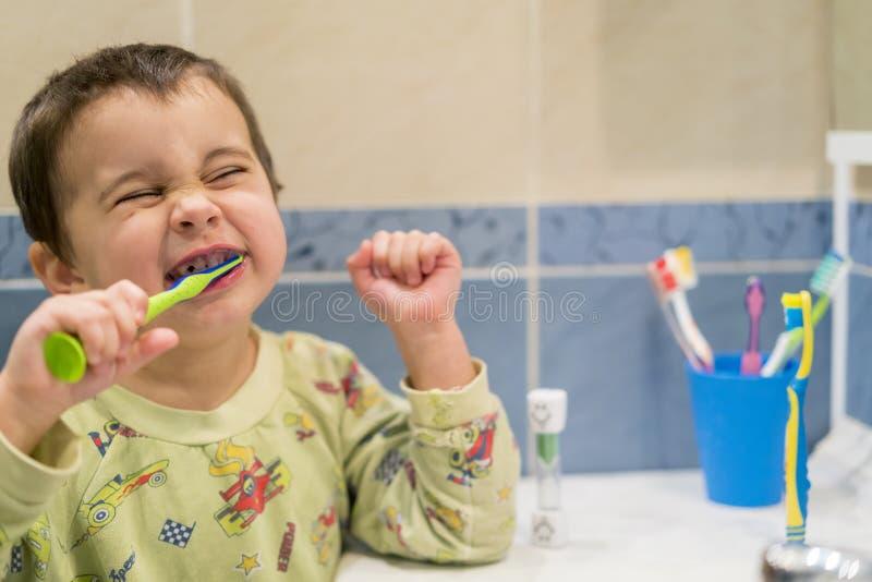 Dents de brossage mignonnes de petit garçon Petit bébé garçon avec la brosse à dents photos stock
