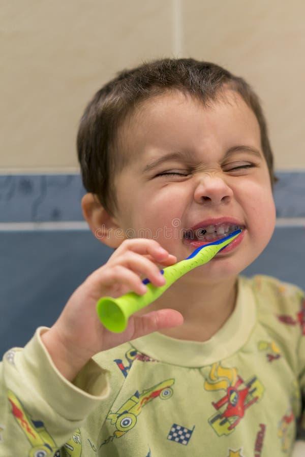 Dents de brossage mignonnes de petit garçon Petit bébé garçon avec la brosse à dents Photo de Verical photo stock