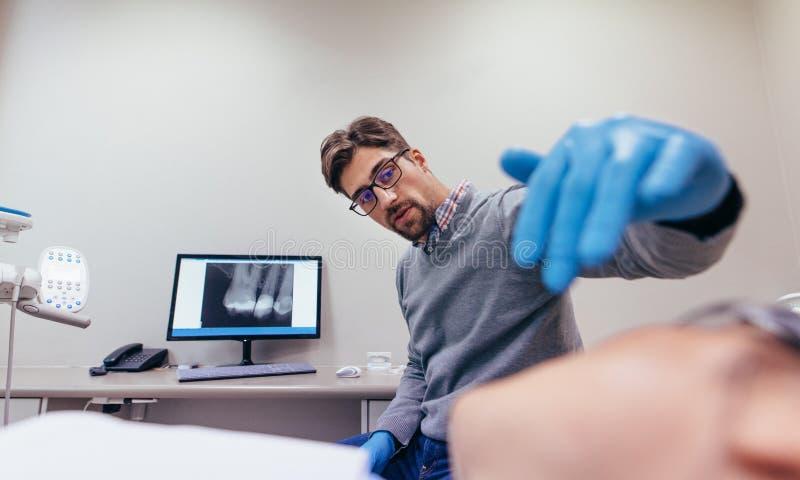 Dents de examen de Stomatologist de patient féminin photo libre de droits