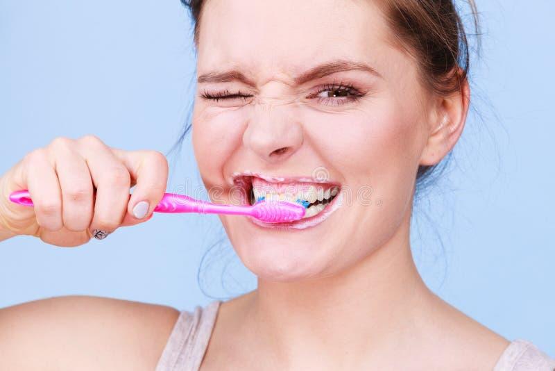 Dents de nettoyage de brossage de femme photographie stock libre de droits