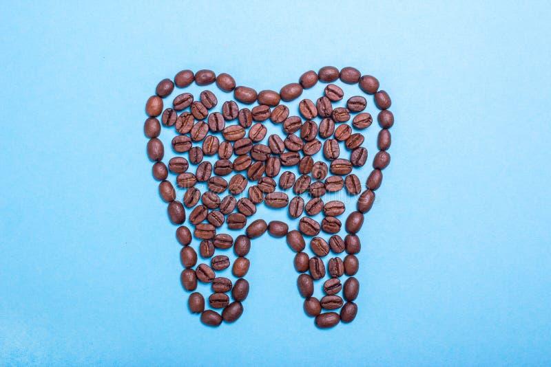 Dents jaunes malsaines de café Dent de café images stock