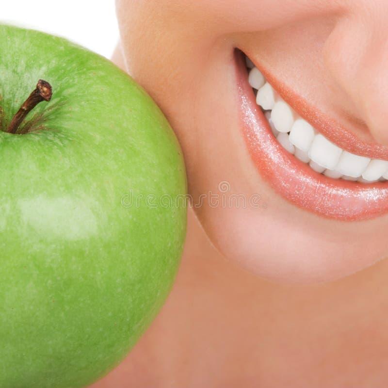 Dents saines et pomme verte Bouche de sourire de femme avec les dents blanches grandes Fin vers le haut Beaut? et sant? dentaire photos stock