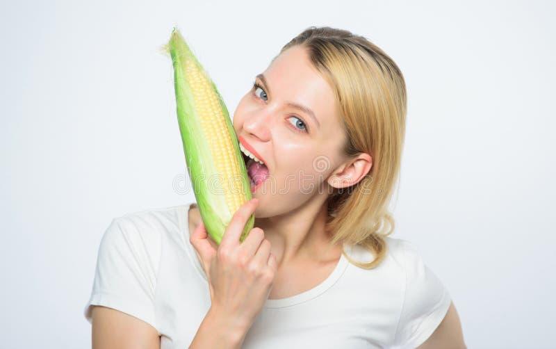 Dents saines faim Labourage de la zone E r?colte v?g?tale cultivant, fille d'agriculteur avec le ma?s photographie stock libre de droits