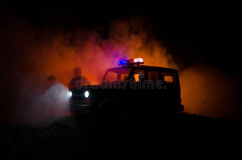 dentumult polisen ger signalen att vara klar Regerings- maktbegrepp Polis i handling Rök på en mörk bakgrund med ljus _ royaltyfri foto