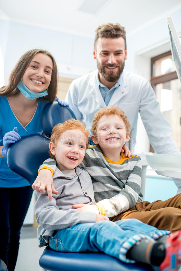 Dentyści z chłopiec przy stomatologicznym biurem obrazy stock