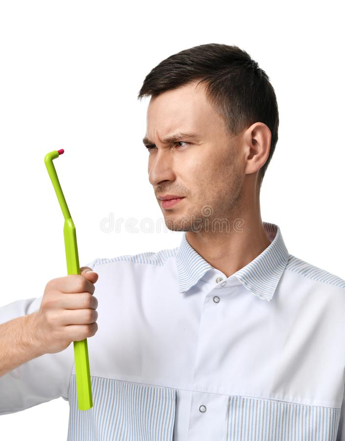 Dentystów doktorscy stomatologiczni higieniści porównują dużych toothbrush zęby marszczących brwi obrazy stock