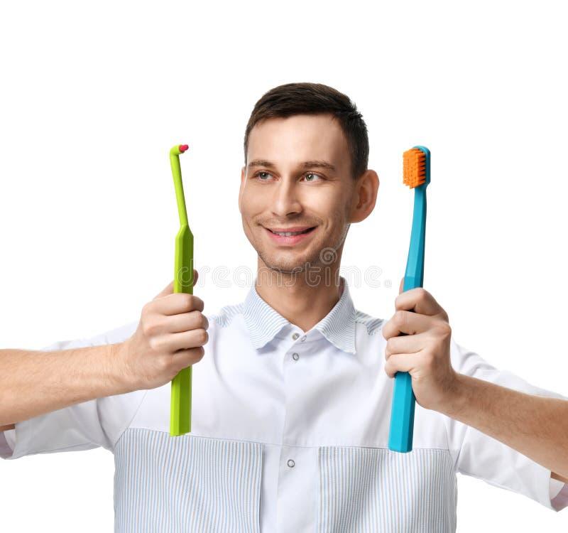 Dentystów doktorscy stomatologiczni higieniści porównują dwa dużego toothbrushes zdjęcia royalty free