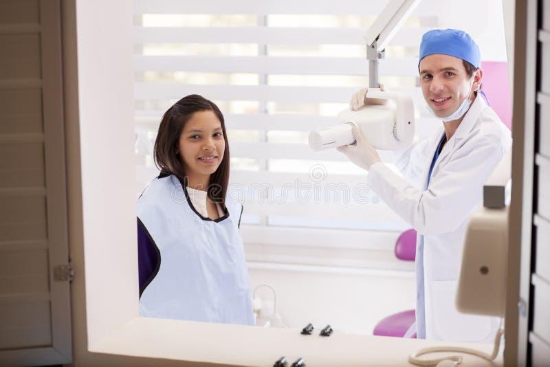 Dentysta bierze niektóre promieniowania rentgenowskie obrazy stock