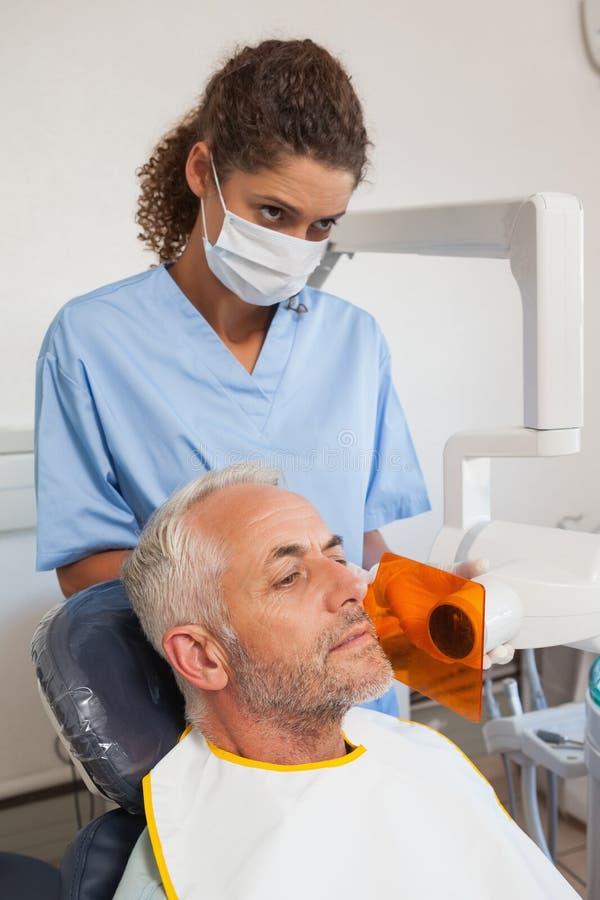 Dentysta bierze xray pacjenta usta obraz stock